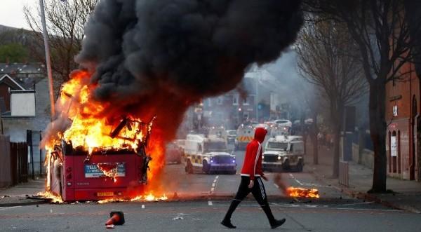 ΗΠΑ: Ο Λευκός Οίκος «ανησυχεί» για τη βία στη Βόρεια Ιρλανδία