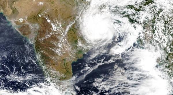 Ινδία: Χιλιάδες άνθρωποι απομακρύνονται, καθώς πλησιάζει ο κυκλώνας Γκούλαμπ