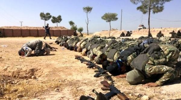 Ελεύθερος Συριακός Στρατός: Πρώτα προσευχή, μετά σκοτωμοί (ΦΩΤΟΣ)