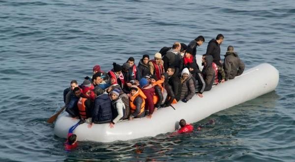 ΕΚΤΑΚΤΟ: Βάρκα με 100 μετανάστες εντοπίστηκε ανοικτά του Κάβο Γκρέκο