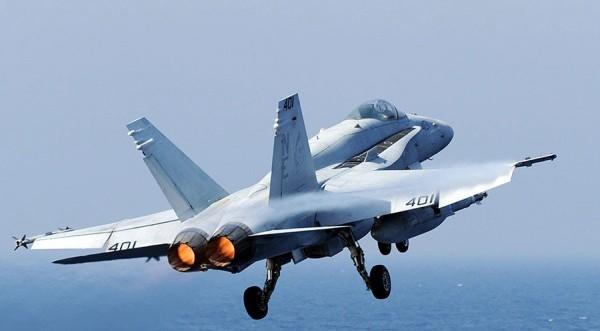 Aμερικανός πιλότος εγκατέλειψε το F/A-18 άρον άρον