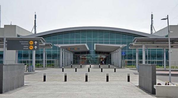 Χειροπέδες σε 40χρονη στο αεροδρόμιο για κλοπές από διαμέρισμα
