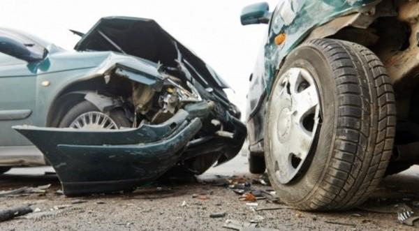 Νεαρός οδηγός εγκλωβίστηκε στο όχημά του μετά από τροχαίο